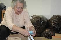 S přípravou balíčků pro opuštěné seniory pomáhali i dobrovolníci.