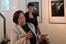 Eva Stiborová na vernisáži výstavy fotografií Miloslava Stibora v olomoucké galerii G