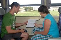 Žáci ZŠ Hálkova dostali vysvědčení netradičně ve vlaku