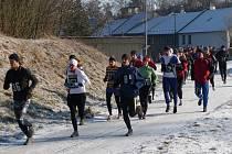 Běžci se vydávají na trať.