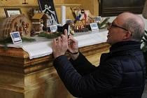 Maličký betlém v oříšku, ale i netradiční z Afriky obdivují lidé, kteří přišli na Štědrý den do Kostela svatého Michala v Olomouci.