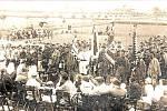 Sokolovna. Slavnostní nástup sokolů u příležitosti otevření sokolovny v roce 1927.