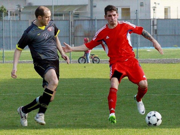 Fotbalisté Šternberka (v červeném) proti Hněvotínu