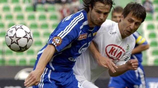 Stoper Martin Komárek (vlevo) bojuje o míč.