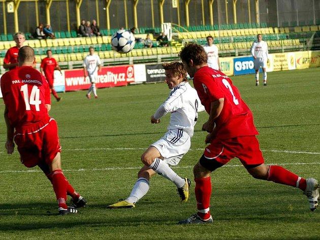 Tomáš Kazár / v bílém) v akci