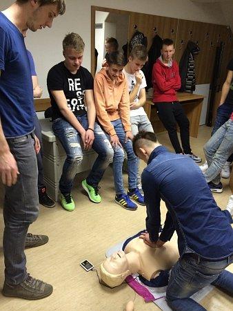 Medici trénují olomoucké fotbalisty, jak správně poskytnout první pomoc