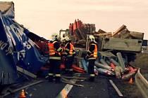 Srážka dvou náklaďáků zavřela D35 u Nákla