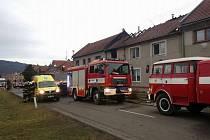 Záchranáři zasahují při požáru domu v Čechách pod Kosířem