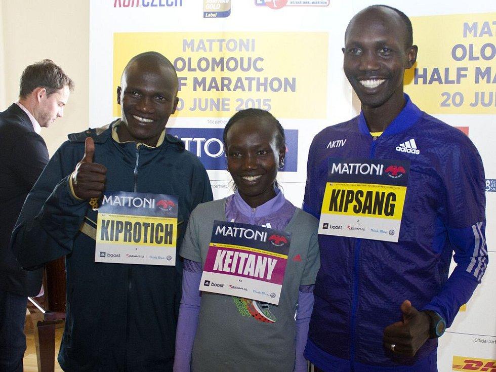 Největší hvězdy Olomouckého půlmaratonu 2015: (zleva) Stephen Kiprotich, Mary Keitanyová, Wilson Kipsang