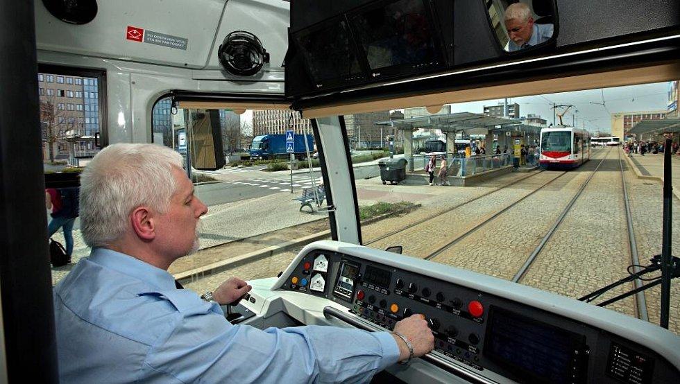 Tramvaj Vario LF plus/o - pohled z kabiny řidiče