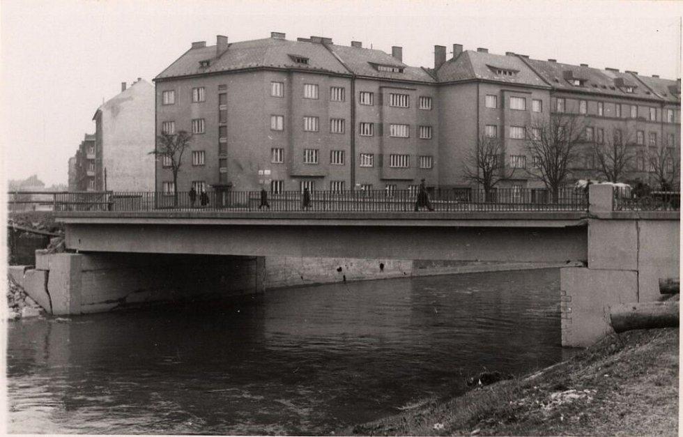 Uchráněný most přes Moravu v Komenského ulici