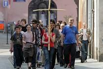 Křížová cesta mladých se vinula ulicemi