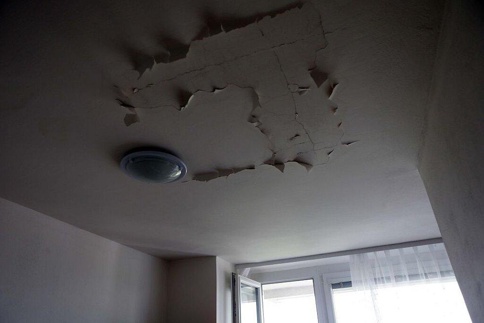 Vytopené byty, vypnutá elektřina, nefunkční výtahy – následky havárie ve dvanácti patrovém domě s vodojemem v  ulici I.P. Pavlova v Olomouci