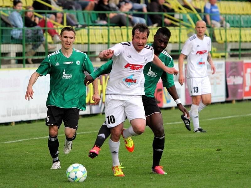 Fotbalisté Holice (v bílém) proti Mostu - David Kobylík, Kevin Lafrance