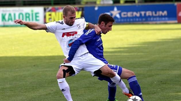 Fotbalisté Holice (v bílém) prohráli se Sigmou B 0:2.