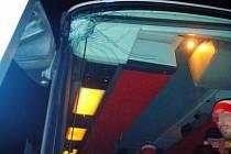 Rozbité sklo autobusu s fanoušky HC Olomouc v Havířově