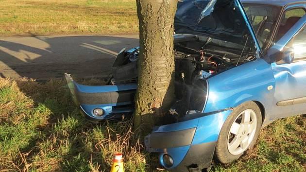 Řidič narazil u Rudíkova do stromu, vyvázl bez zranění