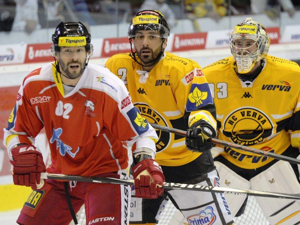 Zleva olomoucký Radek Dlouhý, Jiří Zeman a brankář Pavel Francouz, oba Litvínov. HC Verva Litvínov - HC Olomouc