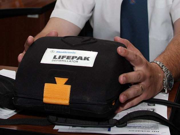 Po krátkém proškolení dokáže defibrilátor ovládat i laik. Navíc přístroj komunikuje v češtině.