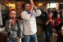 Emanuele Ridi a moderátorka Martina Kvítko Procházková. Večer pro klienty Dobrého místa pro život v olomoucké restauraci Mtrojka