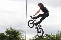 Salta a další triky ukázali jezdci na Freestyle Jamu Olomouc v sobotu odpoledne poblíž olomoucké Šantovky.