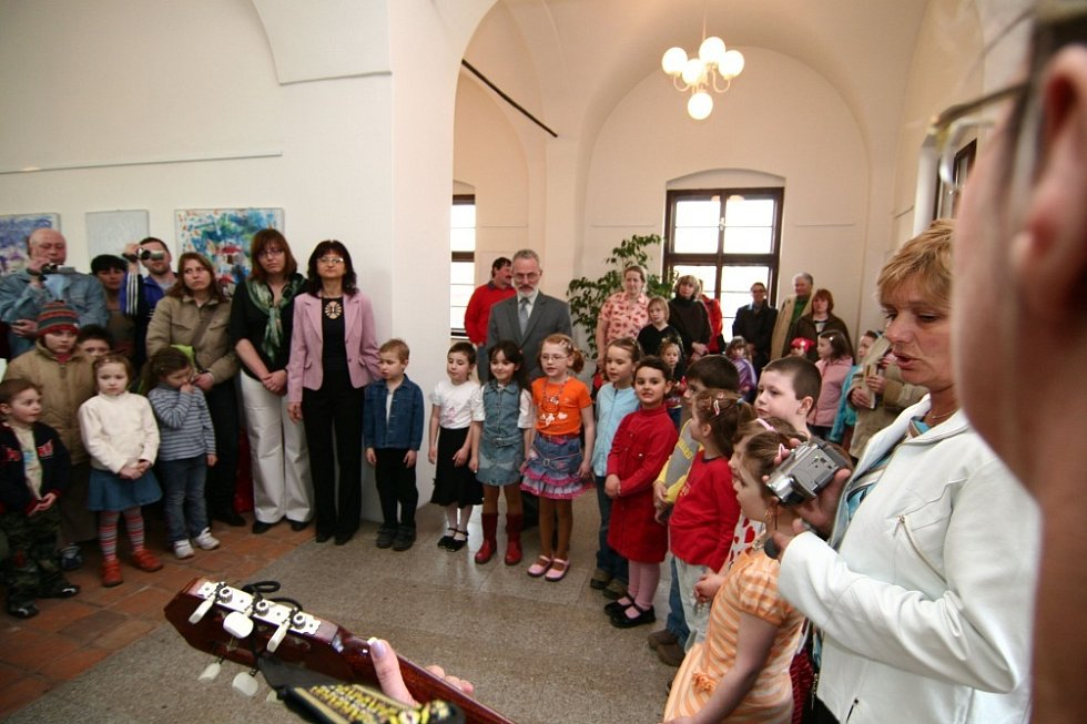 Slavnostní vernisáží začala v úterý 1. dubna výstava výtvarných prací dětí z Mateřské školy Pohádka v Hranicích na Přerovsku.