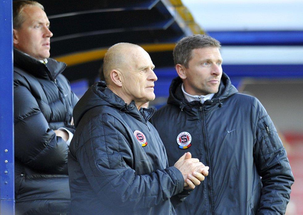 Zleva asistent trenéra Sparty Václav Jílek, manažer Sparty Jaroslav Hřebík a trenér Martin Hašek v dubnu 2012