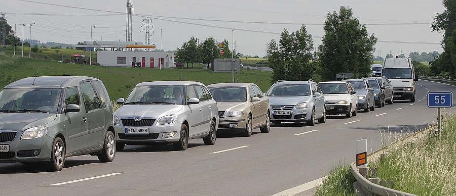 Kolony a zpomalení na hlavním tahu Olomouc - Přerov kvůli uzavírce jednoho pruhu v Krčmani