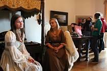 Nedělní podvečerní program na šternberském hradě patřil průvodcům v kostýmech a jejich scénkám