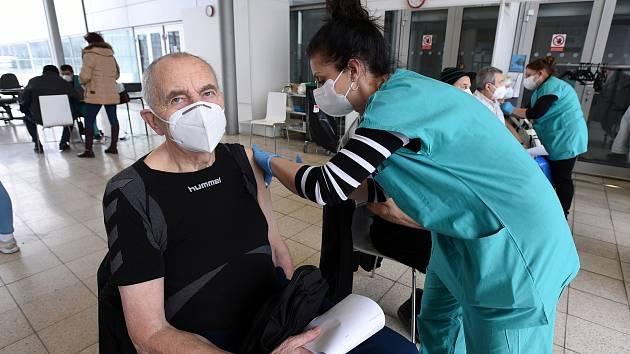 Očkování seniorů 80+ proti onemocnění Covid-19. Ilustrační foto