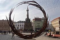 """Dočasná socha """"Rounded"""" od Jana Dostála na Horním náměstí v Olomouci"""
