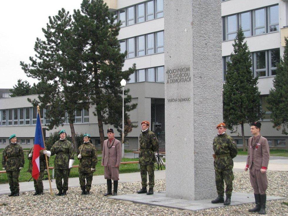 Ke společné vzpomínce se v Olomouci u památníku Bojovníkům za svobodu a demokracii na třídě 17. listopadu sešli na sobotní státní svátek zástupci města, armády a různých institucí.