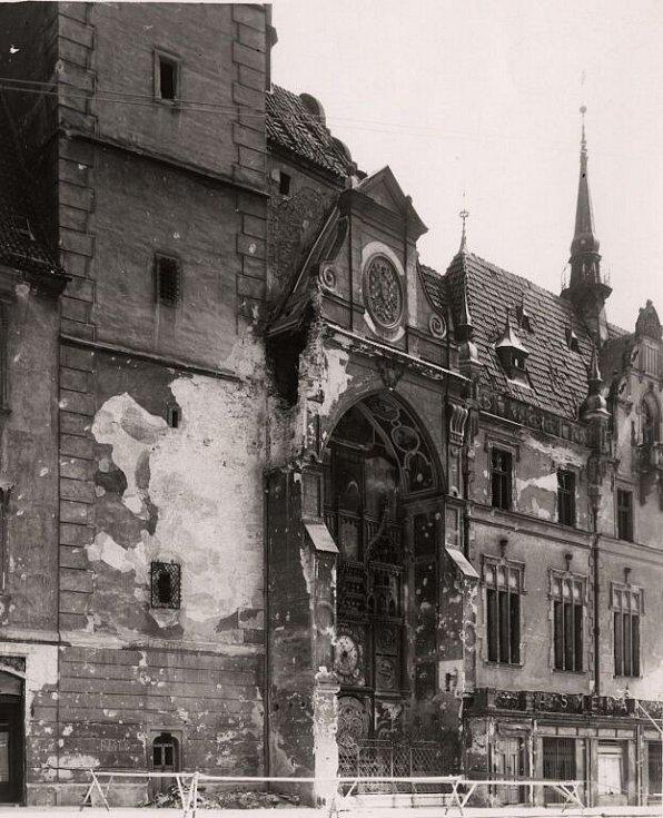Válkou poničený olomoucký orloj v květnu 1945
