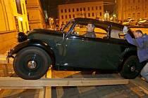 Stěhování veteránů pro připravovanou výstavu Dědeček automobil ve Vlastivědném muzeu Olomouc.