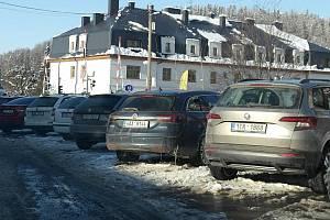 Parkování na Ostravici pod Lysou Horou, valentýnská únorová neděle odpoledne