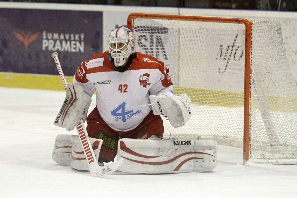 Olomoučtí hokejisté (v bílém) porazili Karlovy Vary 3:2 v prodloužení. Branislav Konrád.