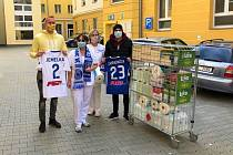 Fotbalová Sigma Olomouc poslala léčebnému ústavu v Pasece materiální pomoc.Václav Jemelka (vlevo), Tomáš Zahradníček (vpravo)