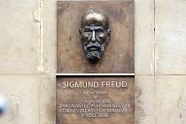 Pamětní deska Sigmundu Freudovi vedle hlavního vchodu do kavárny Opera na Horním náměstí v Olomouci