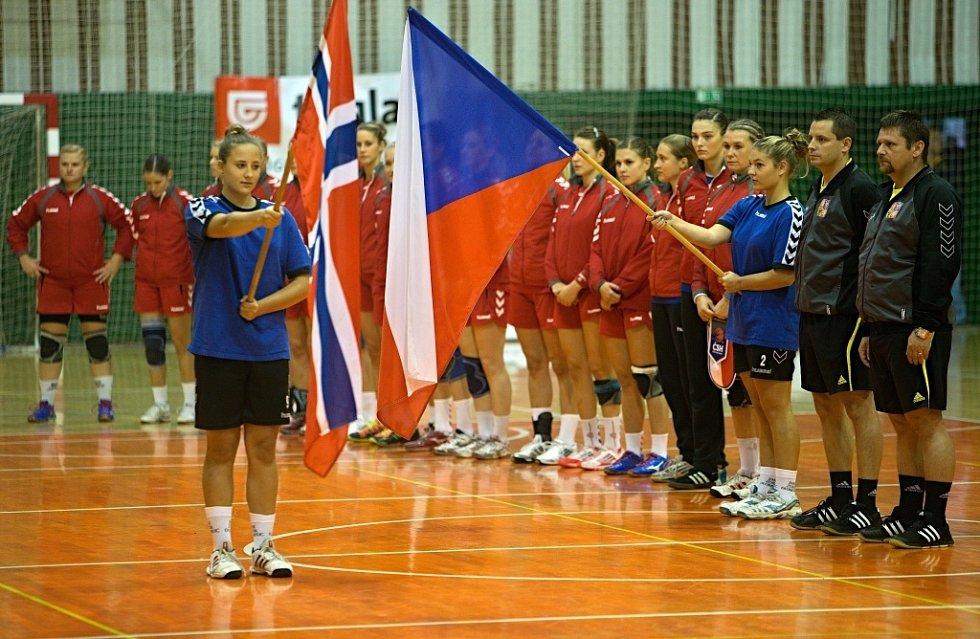 Přátelské utkání české reprezentace (v červeném) s týmem Norska v házené