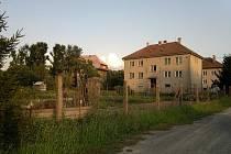 Pozemek v Lužicích, kde má vzniknout bydlení pro šest klientů šternberského Vincetina postižených autismem