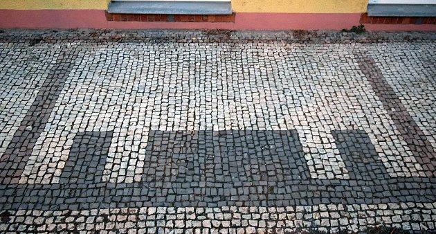 Tzv. pražská mozaika před historickou budovou oblastního ředitelství Správy železniční dopravní cesty vNerudově ulici vOlomouci