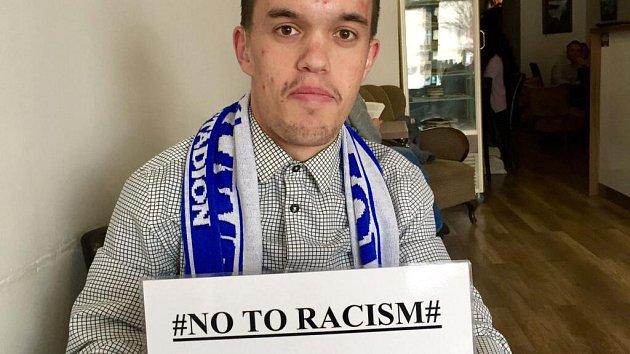 Fanoušek Sigmy Lukáš Petrusek vyjádřil podporu Bidje Manziovi, kterému rasisticky nadávala skupinka olomouckých chuligánů