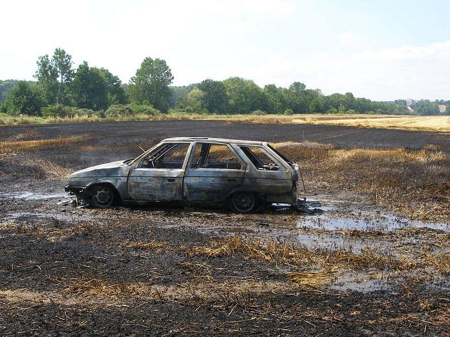 Mezi Litovlí a Novými Zámky hořelo auta a pole