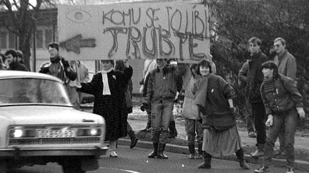 Sametová revoluce v Olomouci. Happening před sídlem OV KSČ na Envelopě