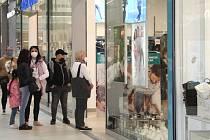 OC Šantovka v Olomouci první den otevření obchodů s dětským zbožím a papírnictví, 12. dubna 2021