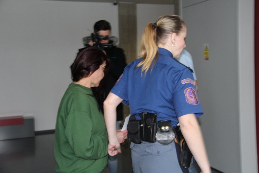 Eva S. ze Šumperska u Krajského soudu v Olomouci, kde čelí obvinění z vraždy partnera.
