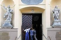 Zrestaurované barokní dveře v chrámu svatého Michala