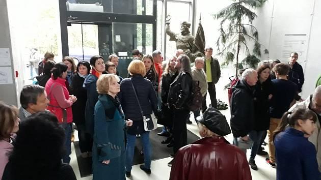 Na Slovanské gymnázium v Olomouci kromě voličů míří i je absolventi. V rámci oslav 150. výročí školy zde od rána probíhá den otevřených dveří