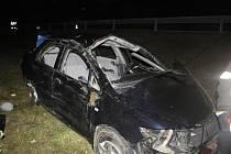Polák nezvládl ve středu večer jízdu po dálnici D35. Své auto převrátil. Zranili se čtyři lidé.