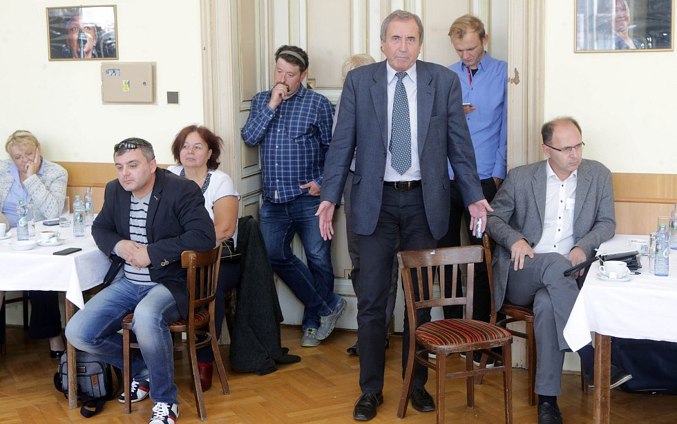 DENÍK BUS - debata v salonku Městského domu v Přerově. Stojící v popředí náměstek přerovského primátora Pavel Košutek (ANO)